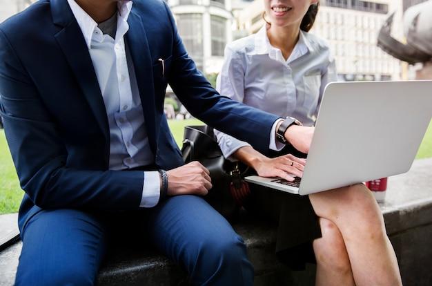 Geschäftsleute in einer stadt zusammenarbeiten