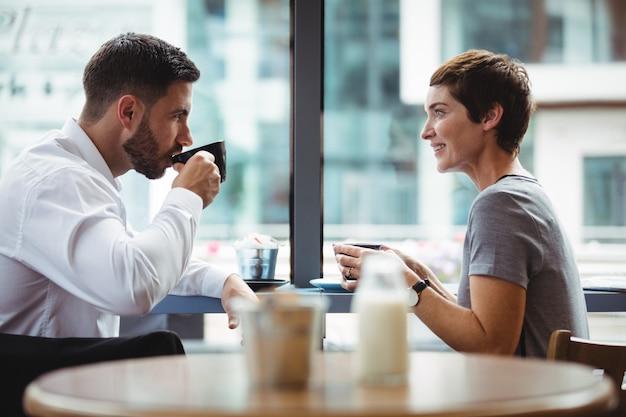 Geschäftsleute interagieren beim kaffee