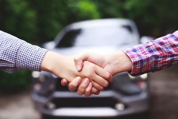 Geschäftsleute kaufen und verkaufen gebrauchtwagen