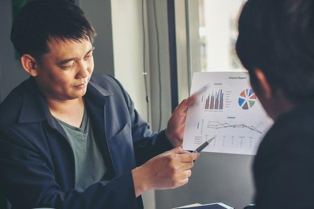 Geschäftsleute klären ihre budgets in form eines fondscharts