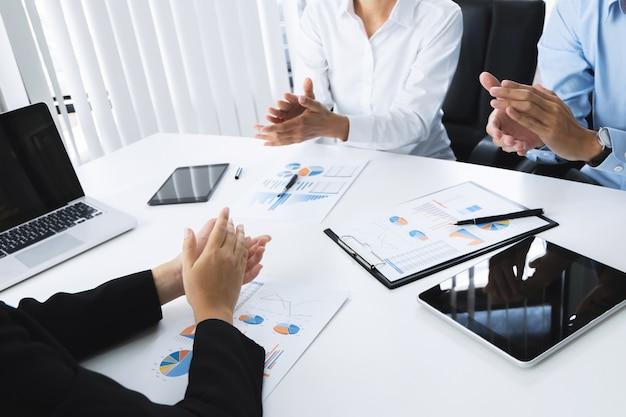 Geschäftsleute klatschen hände vereinbarung vereinbarung mit partnerschaft bei einem treffen