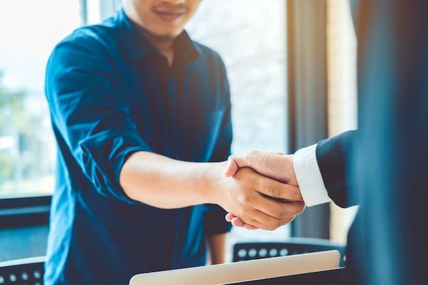 Geschäftsleute kollegen, die hände rütteln, planungs-strategie-analyse-konzept treffend