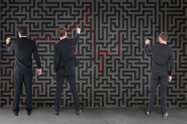 Geschäftsleute lösen ein labyrinth zusammen