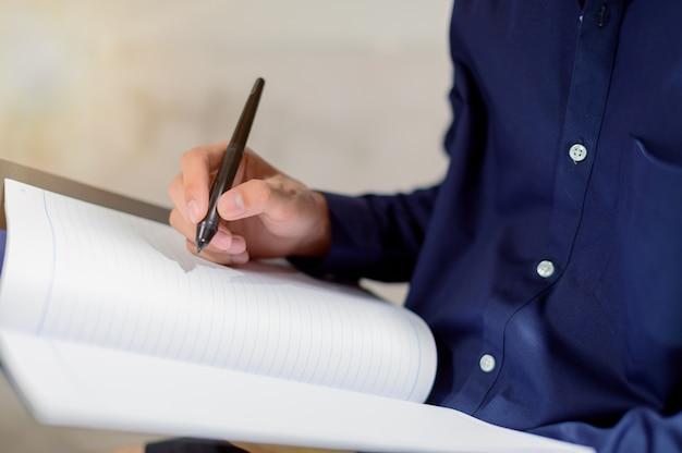 Geschäftsleute machen sich notizen in papierbüchern