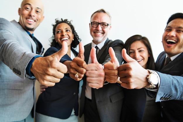 Geschäftsleute machen zusammen einen daumen hoch