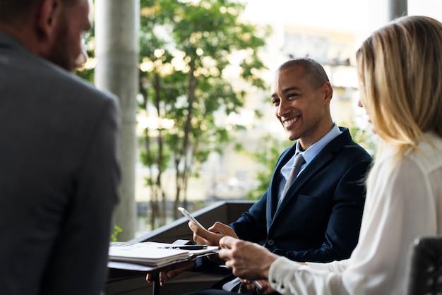 Geschäftsleute männer und frau reden, während sie eine pause machen