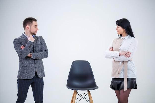 Geschäftsleute, mann und frau, lehrer laden spezialisten zur arbeit ein. erstellung eines neuen geschäftsprojekts.