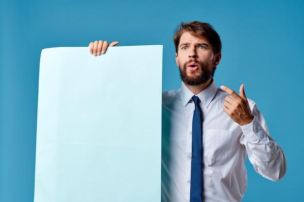 Geschäftsleute mit blauem mockup-plakatzeichen-exemplar isolierter hintergrund