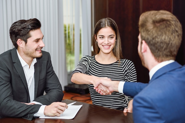 Geschäftsleute mit dem neuen mitarbeiter