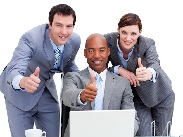 Geschäftsleute mit den daumen, die oben einen laptop betrachten