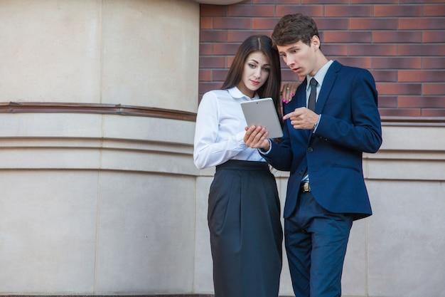 Geschäftsleute mit digitalem tablet in der stadt