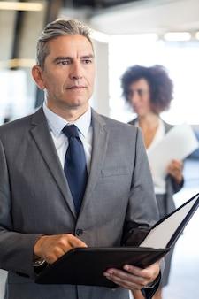 Geschäftsleute mit dokument und organisator im büro