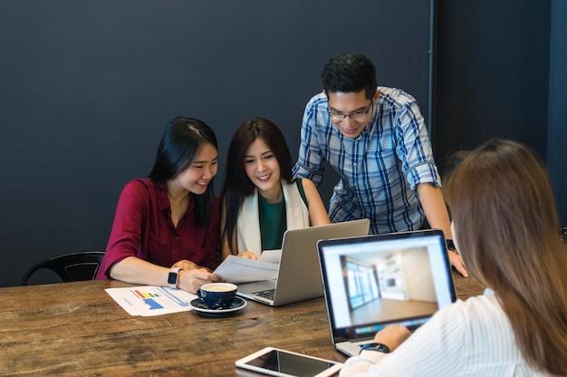 Geschäftsleute mit gelegenheitsklage brainstrom treffen mit technologieausrüstung