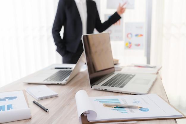 Geschäftsleute mit laptop und finanzdiagramme auf der sitzung o