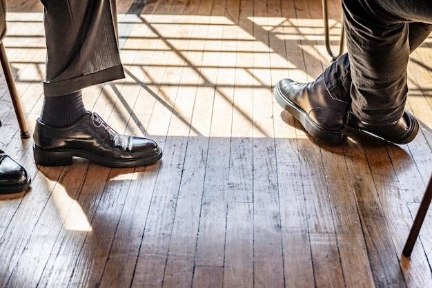 Geschäftsleute mit lederschuhen auf einem holzboden