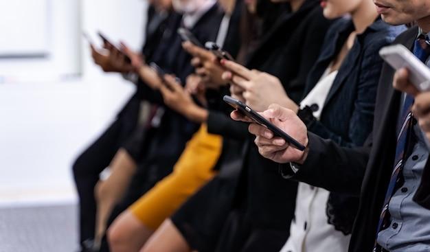 Geschäftsleute mit smartphone. geschäfts- und technologiekonzept