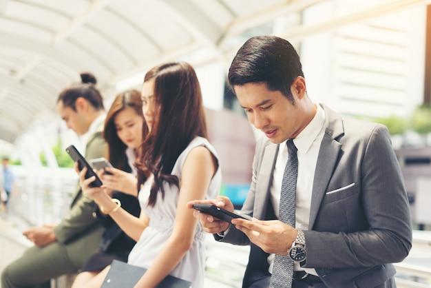 Geschäftsleute mit smartphone zusammen