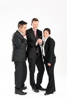 Geschäftsleute mit smartphone
