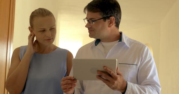 Geschäftsleute mit tablet-pc, die den durchgang entlang gehen