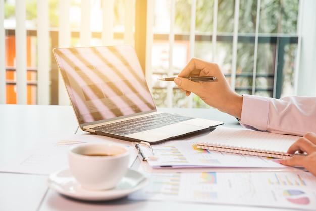 Geschäftsleute mit touchpad beim treffen