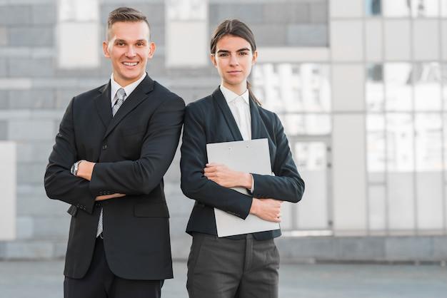 Geschäftsleute mit zwischenablage