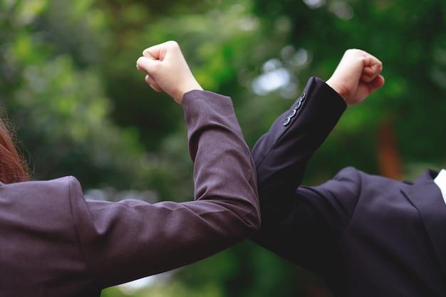 Geschäftsleute nehmen soziale distanz, um covid 19 zu verhindern