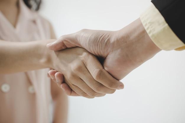 Geschäftsleute partner händeschütteln nach der unterzeichnung des vertragsschalters im besprechungsraum