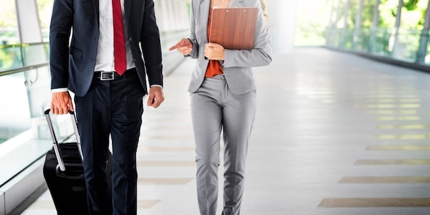 Geschäftsleute pendler walking city life concept