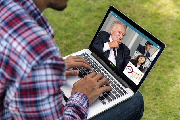 Geschäftsleute per videoanruf treffen sich an einem virtuellen arbeitsplatz oder einem remote-büro