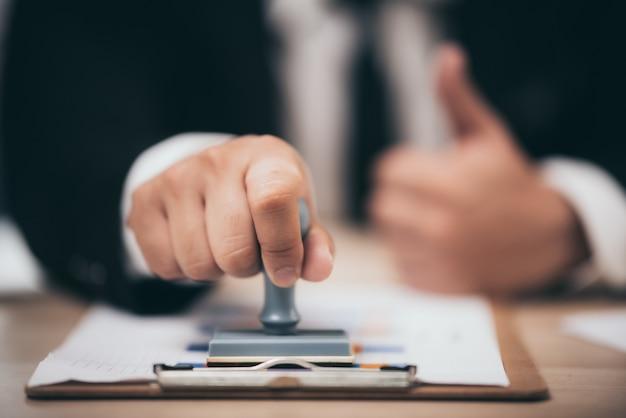 Geschäftsleute prüfen marketingdokumente