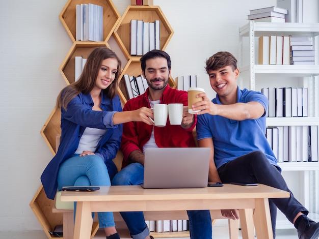 Geschäftsleute ruhen sich von der arbeit aus, indem sie kaffee trinken