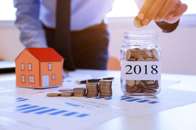 Geschäftsleute sammeln geld, um ein haus in der zukunft 2018 zu kaufen