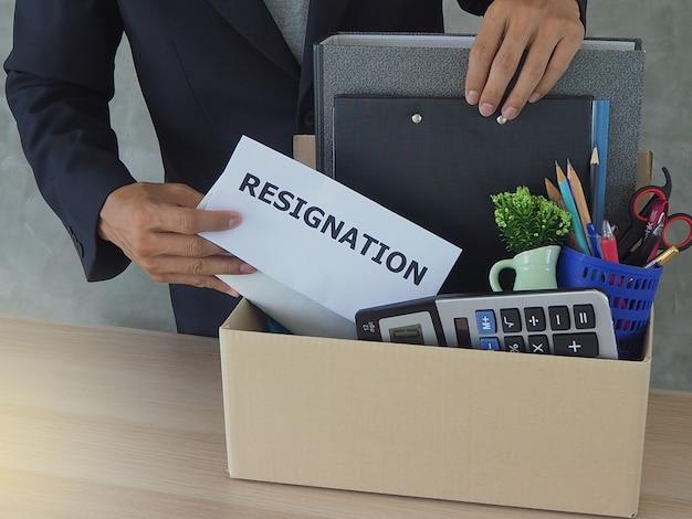 Geschäftsleute sammeln persönliche gegenstände und kündigungsschreiben.