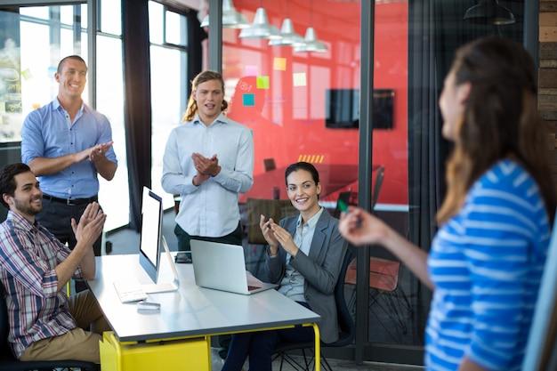Geschäftsleute schätzen ihren kollegen während der präsentation