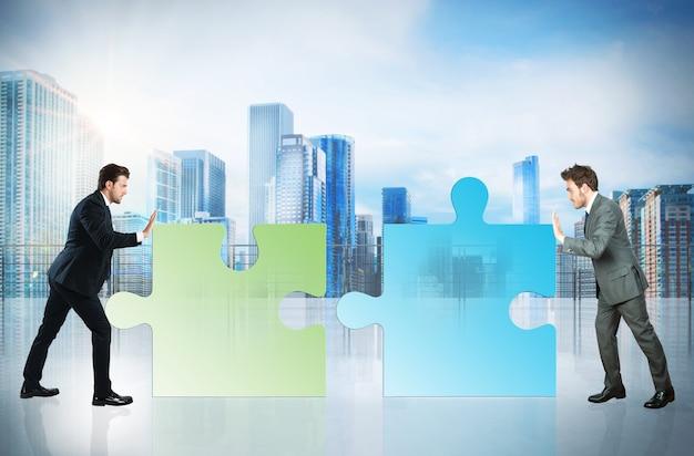 Geschäftsleute schieben ein puzzleteil zusammen