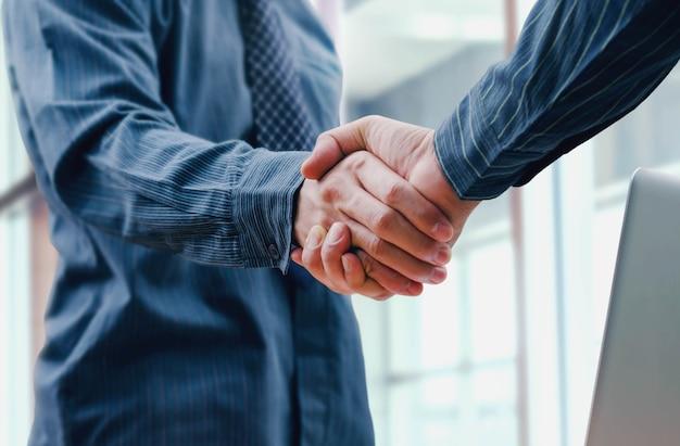 Geschäftsleute schütteln hand für partnerschaft und freundschaft