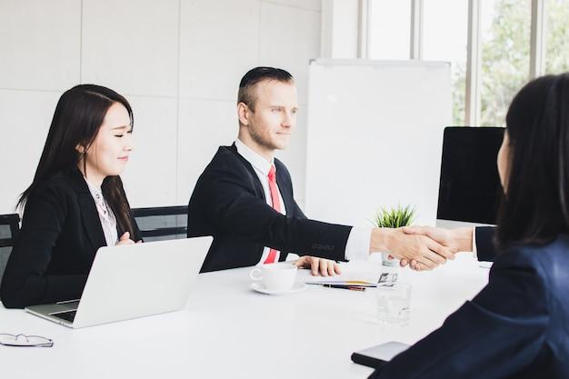 Geschäftsleute schütteln sich die hände und sprechen
