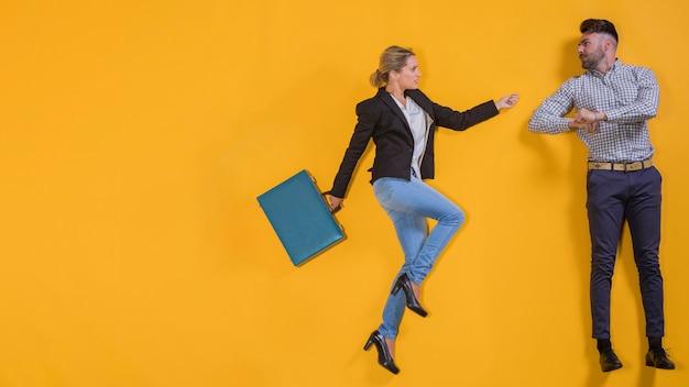 Geschäftsleute schweben mit einem koffer