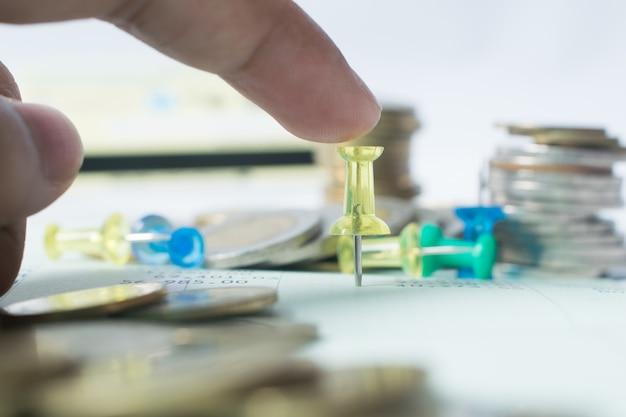 Geschäftsleute setzen geldmünzen in das finanz-, bank- und sparkonzept ein