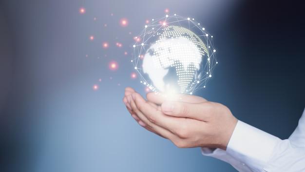 Geschäftsleute setzen innovative technologien ein.