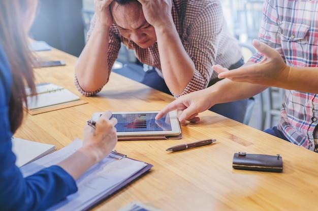 Geschäftsleute sind für ihre geschäftsergebnisse in geschäftstreffen enttäuscht.
