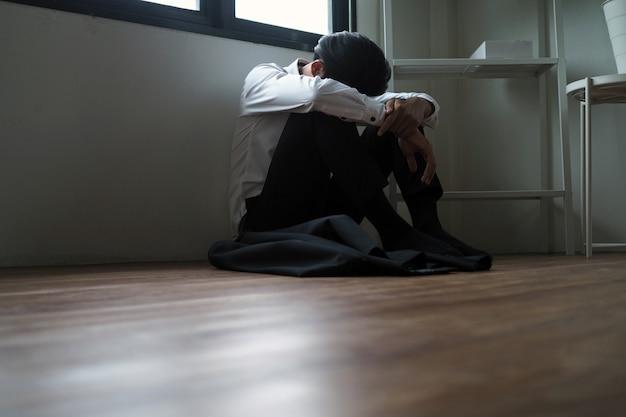 Geschäftsleute sind gestresst, sitzen traurig und enttäuscht im raum. verbringen sie zeit allein mit druck auf probleme