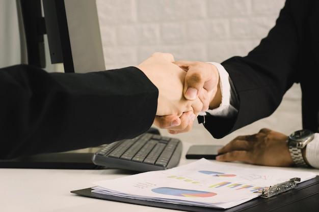 Geschäftsleute sind sich einig, glückwunschkonzepte für handshakes