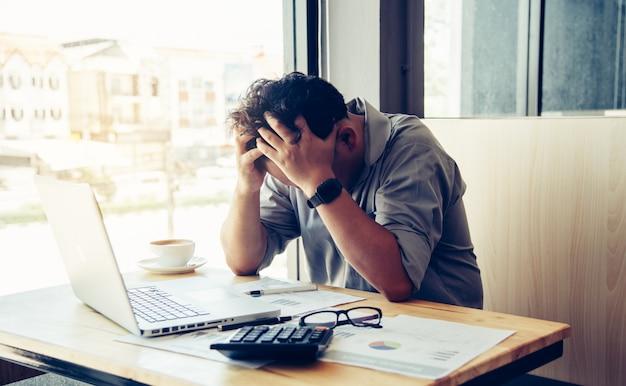 Geschäftsleute sind zu investitionen gezwungen. koordination und einnahmen und ausgaben verursachen gesundheitliche probleme.