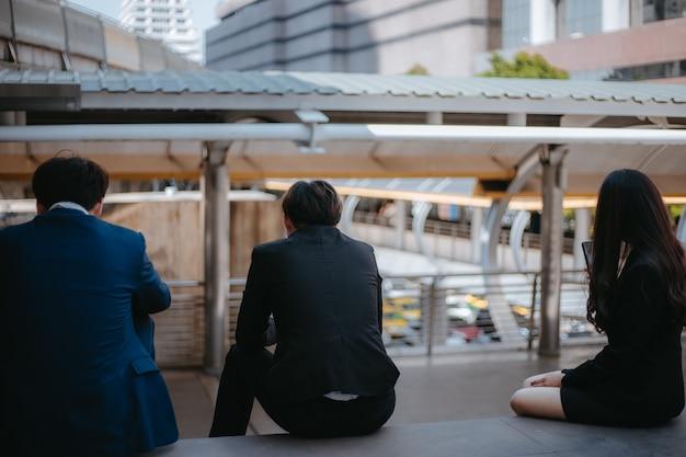 Geschäftsleute sitzen und denken plan für die arbeit, geschäftskonzept.
