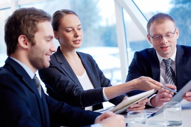 Geschäftsleute sitzung für budget-definition