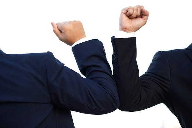 Geschäftsleute soziale distanz, um covid 19 zu verhindern