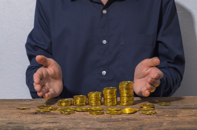 Geschäftsleute sparen geld für das wachstum des geschäfts