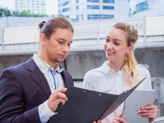 Geschäftsleute sprechen außerhalb des büros