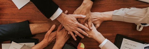 Geschäftsleute stapeln ihre hände zusammen